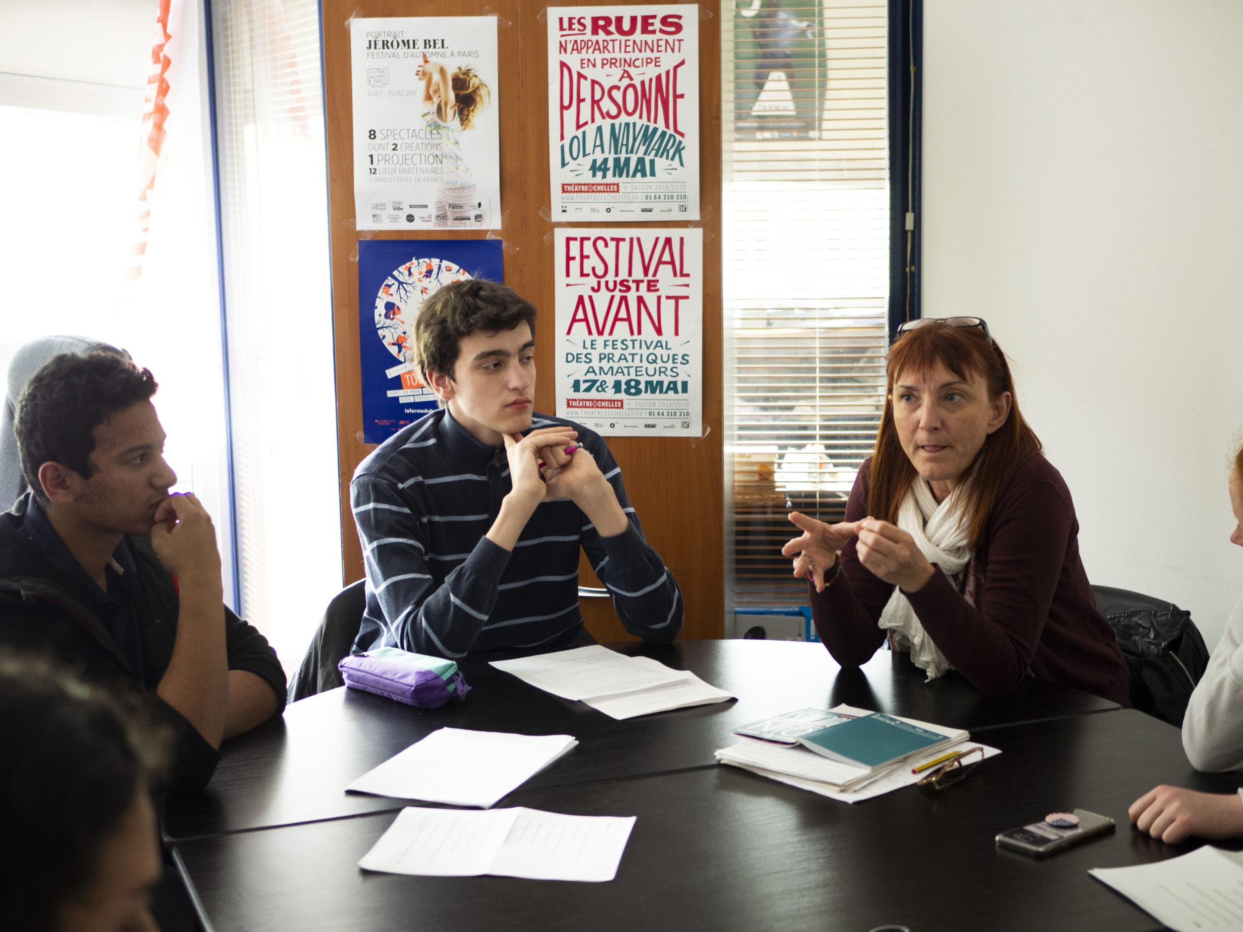 Christèle Leclère et ses élèves en délibération